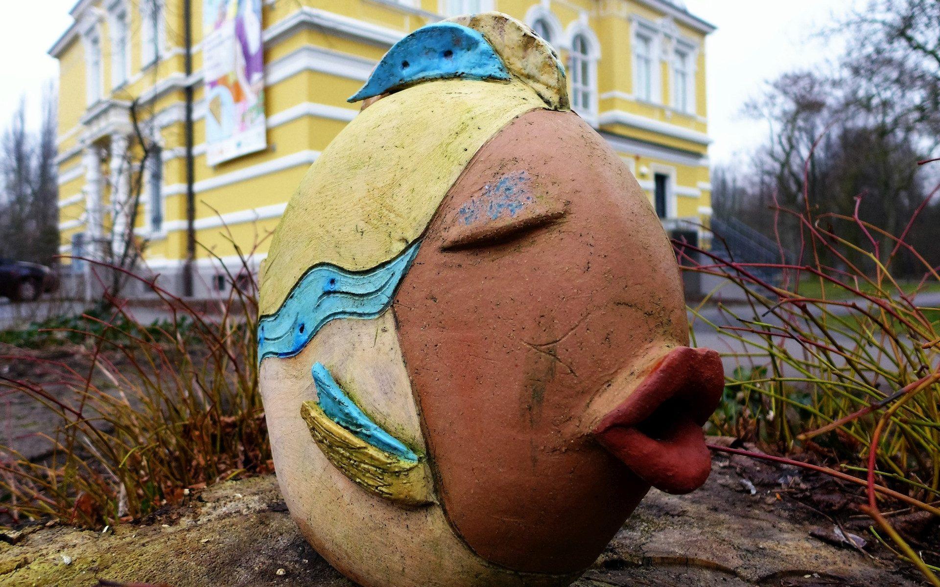 Foto eines Fisches aus Keramik vor dem Museumsgebäude