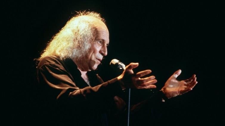 Der französische Komponist und Chansonier Léo Ferré bei einem Auftritt im französischen Bourges am 11.4.1985 (picture alliance / dpa / AFP)